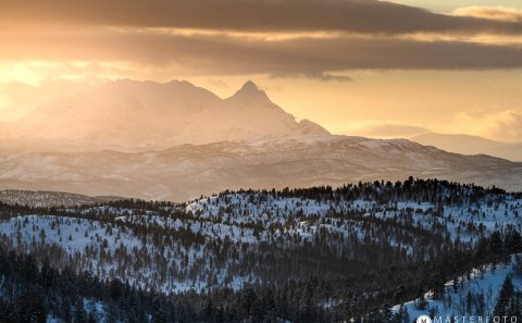 Magiskt ljus i solnegång på Senja i Norge. Följ med på workshop i landskapsfotografering
